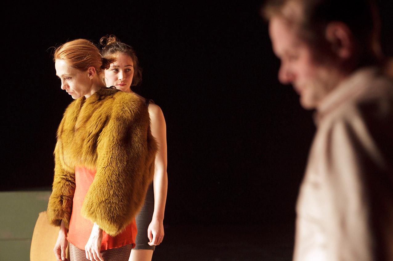 Tschechows Kirschgarten in der Regie von Thorsten Lensing und Jan Hein. Premiere Berlin 9. Dezember 2011, Sophiensaele.